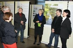 Erste Bürgermeisterin Jutta Heim-Wenzler (Mitte) eröffnet mit Vertretern der Architekten-kammer  (rechts) Thilo Gras und Tanja Diemer die Ausstellung im Rathaus.