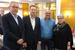 OB Thilo Rentschler (2.v.li.) war zu Gast im Café Nostalgie, das von Brigitte (re.) und Lothar Grunwald (li.) organisiert wird. Unterstützt wird die Einrichtung von Heimleiter Christoph Rohlik (2.v.re.)