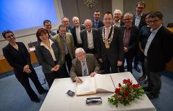 Die Mitglieder der Schubart-Gesellschaft trugen sich ins goldene Buch der Stadt Aalen ein.