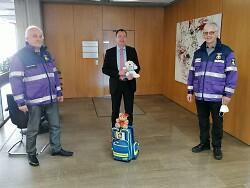 Bernhard Richter (li.) und Jürgen Schnotz (re.) haben von OB Thilo Rentschler Unterstützung für den Freundeskreis Teddybär bekommen.