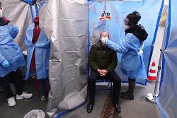 Auf diesem Bild ist Aalens Bürgermeister Karl-Heinz Ehrmann mit FFP2-Maske zu sehen, der in einem abgeschotteten Bereich von einer dm-Mitarbeiterin auf Corona getestet wird.