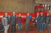 OB Thilo Rentschler übergibt die Schlüssel des gespendeten Fahrzeugs an seinen Amtskollegen Victor Barlez aus Sinca Veche.
