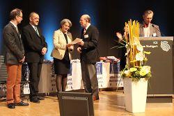 Walter Hirche übergibt die Auszeichnung an Erste Bürgermeisterin Jutta Heim-Wenzler