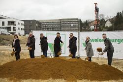 Erster Bürgermeister Wolfgang Steidle gibt gemeinsam mit Vertretern des Investors, dessen Vertragspartnern und Bauämtern den Startschuss für das Wohnprojekt.