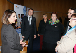 Oberbürgermeister Thilo Rentschler stellt das Projekt 'Azubi statt ungelernt' vor