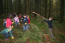 Kinder im Waldklassenzimmer