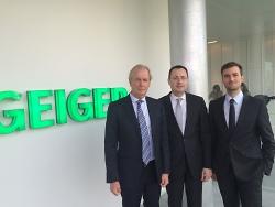 Oberbürgermeister Thilo Rentschler mit den beiden Geschäftsführern Peter und Florian Geiger.