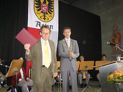 Friedrich Christian Delius und Oberbürgermeister Martin Gerlach bei der Preisverleihung