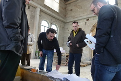 Die Verwaltungsspitze um OB Thilo Rentschler verschaffte sich einen Überblick über den Stand der Bauarbeiten am Kulturbahnhof KubAA.