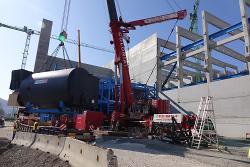 Einer der beiden neuen, 105 Tonnen schweren Dampfkessel wird am Kraftwerkshaus abgesetzt.