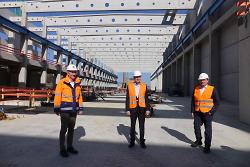 Dr. Wolfgang Palm, OB Thilo Rentschler und Baubürgermeister Wolfgang Steidle haben die Baustelle für die neue Papierfabrik besichtigt. Der Blick geht in die 330 Meter lange Maschinenhalle.