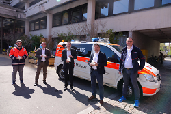 OB Thilo Rentschler (Mitte), Dr. Peter Schmidt, Steffen Hachtel (v.re.) sowie Rafael Pohlner und Heiko Born (v.li.) haben die neuen Gesichtsmasken der Firma Hachtel ausprobiert.