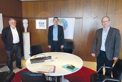 Oberbürgermeister Thilo Rentschler (Mitte) traf sich mit Dekan Ralf Drescher (re.) und Pfarrer Wolf¬gang Sedlmeier (li.) zum Austausch über die aktuelle Lage der Corona-Pandemie.
