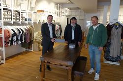 Uli Riegel, OB Thilo Rentschler und Citymanager Reinhard Skusa (v.li.) in den neuen Räumen von Dr. Fashion in der Radgasse.