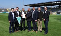 Oberbürgermeister Thilo Rentschler hat die Spielortplakette für die U19-Europameisterschaft in Baden-Württemberg entgegengenommen.