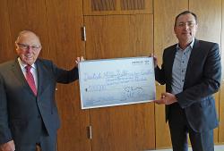 OB Thilo Rentschler (re.) überreichte den Spendenscheck an Siegfried Lingel.