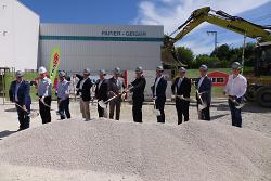 Beim Spatenstich gaben OB Thilo Rentschler, die Geschäftsführung von Geiger sowie Vertreter der Baufirmen den Startschuss für den Bau einer Lagerhalle.