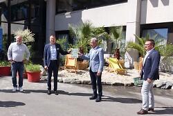 OB Thilo Rentschler (2. v. l.)  präsentierte gemeinsam mit v. l. Citymanager Reinhard Skusa, ACA-Vorsitzendem Josef Funk und Erstem Bürgermeister Wolfgang Steidle die Wohlfühloase auf dem Rathausvorplatz.