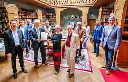 Regierungspräsident Wolfgang Reimer (4. v. l.) überreichte dem Ehepaar Elmer die Stiftungsurkunde im Beisein von OB Thilo Rentschler (li.) und den Vorstands- und Stiftungsratsmitgliedern.