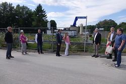 Susanne Palm enthüllte im Beisein von OB Thilo Rentschler und Ortsvorsteher Florian Stütz das Namensschild. Rechts freut sich Dr. Wolfgang Palm.