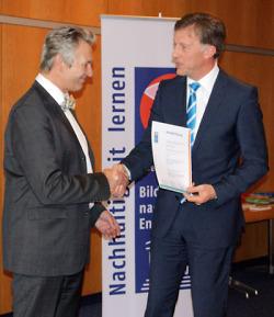 OB Gerlach nimmt die Auszeichnung vom Vorsitzenden des Nationalkomitees der UN-Dekade, Prof. Dr. Gerhard de Haan entgegen