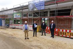 OB Thilo Rentschler besichtigte gemeinsam mit den OBE-Vorständen Hans-Peter Weber und Norbert Saup sowie Stadtwerke-Chef Christoph Trautmann die Baustelle am Spiesel-Freibad.