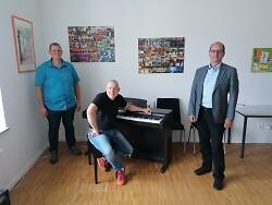 Christoph Wegel, Peter Maile und Bürgermeister Karl-Heinz Ehrmann (von links) freuen sich, wenn in eines der Unterrichtszimmer der Musikschule im September die ?Band-Spione? einziehen.