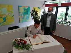 Jannik Schebesta mit Bürgermeister Karl-Heinz Ehrmann beim Eintrag ins Goldene Buch der Stadt Aalen.