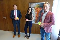 Gründerin Christina Schwarz (Mi.) hat OB Thilo Rentschler (li.) und Wirtschaftsförderer Felix Unseld ihr Frühstücksprodukt vorgestellt.