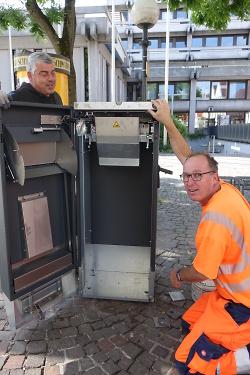Thomas Gnach und Richard Bullinger installieren smarten Mülleimer