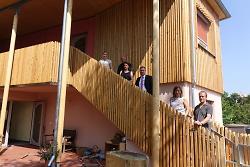 OB Thilo Rentschler (3.v.re.) schaute sich bei der Eröffnung der neuen Räume des Waldorf-Kindergartens in der Zeppelinstraße den Bau gemeinsam mit dem Vorstand des Trägervereins sowie den Architekten an.