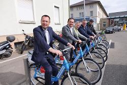 v.li. OB Thilo Rentschler, EBM Wolfgang Steidle, Klaus Berger (ADFC), Dr. Roland Schurig und Veit-Stephan Bock testeten die leihbaren Fahrräder.