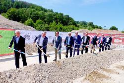 OB Thilo Rentschler und Baubürgermeister Wolfgang Steidle haben gemeinsam mit Dr. Wolfgang Palm, Landrat Klaus Pavel, MdL Winfried Mack und weiteren am Bau Beteiligten symbolisch den Start für den Bau der neuen Papierfabrik markiert.