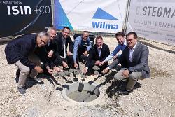 OB Thilo Rentschler (3.v.li.) und Baubürgermeister Wolfgang Steidle (re.) gaben gemeinsam mit Vertretern von Wilma Wohnen, Isin+Co. und den am Bau beteiligten Firmen mit der Grundsteinlegung den Startschuss für den Bau von 25 Wohnungen.