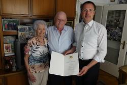 OB Thilo Rentschler (re.) gratulierte Julia und Stefan Schimmele zur Eisernen Hochzeit.