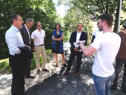 OB Thilo Rentschler, Robert Ihl, Gerhard Kapeller, Maya Kohte und Wolfgang Steidle (v.li.) standen den Medien Rede und Antwort zur Wohnumfeldverbesserung am Rötenberg.