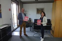 Bürgermeister Karl-Heinz Ehrmann und die Ausbildungsbeauftragte der Stadt Aalen, Süheyla Muratoglu, mit dem neuen Ausbildungsatlas für Aalen.
