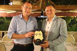 Auf diesem Bild sind der Aalener OB Thilo Rentschler und sein Amtskollege Dr. Lütfü Sava? mit dem Aalener Spionkopf zu sehen.