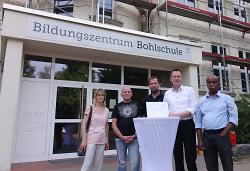 OB Thilo Rentschler überbrachte den Nutzern der Bohlschule die Urkunde ?Denkmal des Monats? der Denkmalstiftung.