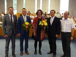 OB Thilo Rentschler gratulierte gemeinsam mit den beiden Beigeordneten Wolfgang Steidle und Karl-Heinz Ehrmann den Gewählten Maya Kohte und Felix Unseld.