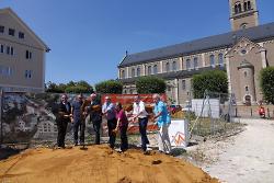 OB Thilo Rentschler und Andrea Hatam gaben mit den Investoren und Vertretern des Ortschaftsrats den Startschuss für den Bau.