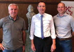VfR-Trainer Peter Vollmann (l.), Oberbürgermeister Thilo Rentschler (m.) und Geschäftsführer Markus Thiele (r.).
