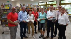 Das Team der Ortsbücherei Fachsenfeld freute sich mit OB Thilo Rentschler, Ortsvorsteher Jürgen Opferkuch sowie Ortschaftsräten über die Eröffnung der neuen Räume.