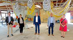 Marc Abele, Anita Stark, OB Thilo Rentschler, Erwin Honikel und Heidi Matzik im entkernten 1. OG der Kocherburgschule.