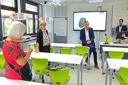 OB Thilo Rentschler (2.v.re.) lässt sich die Neuausstattung der naturwissenschaftlichen Räume der Kocherburgschule von Heidi Matzik und Rektorin Anita Stark (v.li.) erläutern, rechts Marc Abele, künftiger Konrektor der Schule.