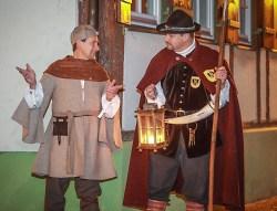 Der Aalener Spion und der Nachtwächter unterhalten sich über die neuen Führungsangebote in Aalen. Beide Leckermäuler interessieren sich u.a. für die kulinarische und kulturelle Stadtführung.