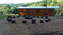Waldwagen mit Hurgelplatz für den Morgenkreis