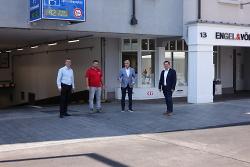 Erster Bürgermeister Wolfgang Steidle, Tiefbauamtsleiter Stefan Pommerenke, ACA-Vorsitzender Josef Funk und Samiri Buduri haben vor Ort das Ergebnis der Bauarbeiten in Augenschein genommen.
