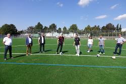 OB Thilo Rentschler (Mi.) gab im Beisein von Vertretern des SV Ebnat um Vorsitzenden Lothar Weber sowie Bürgermeister Karl-Heinz Ehrmann und Ortsvorsteher Manfred Traub den Startschuss beim neuen Kunstrasen.