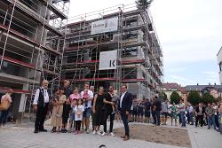 Baubürgermeister Wolfgang Steidle (re.) überbrachte zum Richtfest der Bauherrschaft die Glückwünsche von OB Thilo Rentschler.